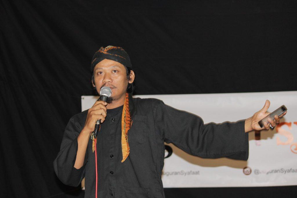 Agung Totman Membaca Puisi pad Juguran Syafaat Oktober 2017